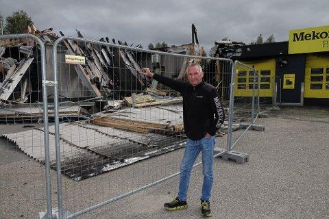 HAR VÆRT TUNGT: – Det skal bli godt når vi kommer i gang med gjenoppbyggingen, sier Arne Roger Mobakk ved Mobakk Bil&verksted i Våler.