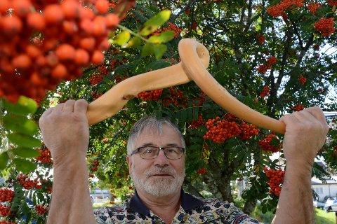 MYE BÆR: Svein Sparby er overbevist om at mye rognebær betyr lite snø, spesielt under førjulsvinteren.