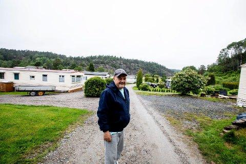 Rolf Øren fra Lillestrøm har drevet Ylserød camping i Sverige 34 år. De fleste er gjestene er nordmenn med fast plass. I fjor fikk ingen kommet på grunn vriene innreiseregler med karantene. I år har de lange køene ved grensen gjort at folk vegrer seg for å ta turen til campingplassen som ikke ligger langt fra Strømstad.  I