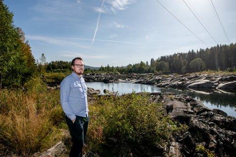 NYTT: Henrik Langbråten i Nes viser oss hvor de ønsker at det nye pumpehuset skal ligge.