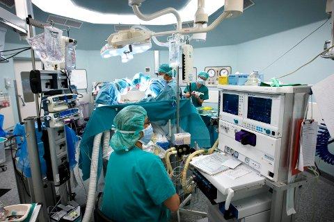 HØY ARBEIDSBELASTNING: Koronapandemien har ført til ekstra høy arbeidsbelastning på de sykehusansatte.
