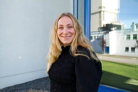 LÆRERIKT: Kristine Fagerheim er nytilsatt som trainee innenfor bærekraft i Mapei. Hun synes særlig dette med å å bruke avfall som en ressurs er spennende å jobbe med.