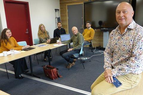 VIKTIG JOBB: – Vi skal gjøre en omfattende og viktig jobb, og brukerne skal ha innsyn og muligheter til innspill, sier  prosjektleder for nytt skolebygg i Åsnes, Mon Wenstad, til høyre. I prosjektgruppa er også Madelaine Thomassen Brand, til venstre, rådgivende arkitekt Gudrun Jona Arinbjarnadottir og tre-ekspert Ola Øyen med.  De to i bakgrunnen er arkitektene Petter Habostad og Daniel Szakacs.