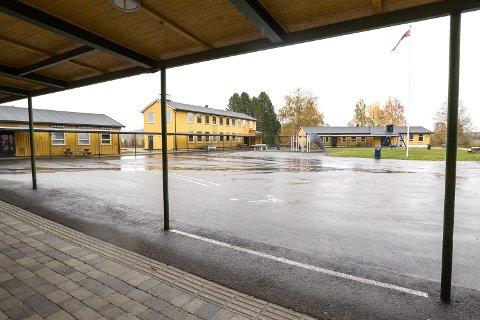 På Brandval oppvekstsenter, som inneholder både skole og barnehage, er det denne uken blitt bekreftet mange smittetilfeller blant barn. Arkivfoto