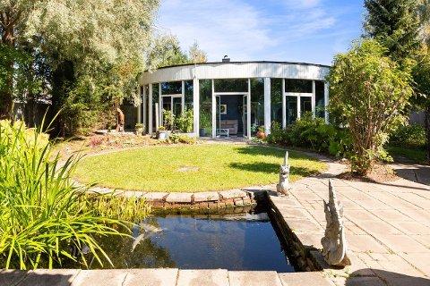 SOLGT: Den spesielle kunstnerboligen sett fra hagen. Nå er eiendommen solgt.