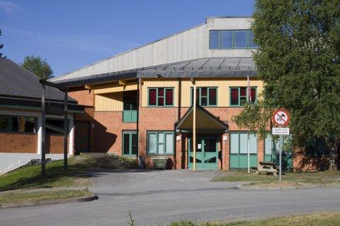 LANGVARIG: På Vennersberg skole tas det nå konkrete grep for å bedre trafikksikkerheten, kan rektor fortelle. En nabo har fortalt Glåmdalen om sin bekymring over trafikken.