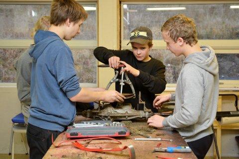 PRAKTISK KOMPETANSE: Ungdom i full sving med læring.