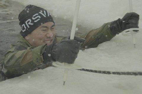 Her er Il Hwan Seo fra Ingeniørhøgskolen  bokstavelig talt på dypt vann. Han kjemper han seg opp på isen.