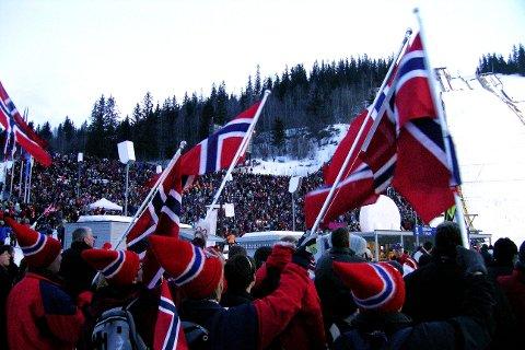 Norske flagg og folkeliv har det vært i Lysgårdsbakkene under verdenscuprenn. Men ikke nok, mener Odd-Bjørn Hjelmeset.