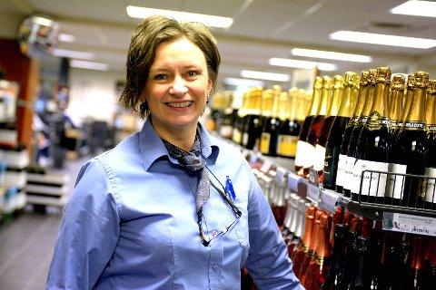 Marit Furuhaugen, som er butikksjef ved Vinmonopolet på Lillehammer, opplever mye snakk om presidentvalget mellom varehyllene på polet.