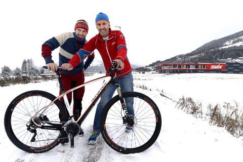 VOKSER: Med Hard Rocx-sykler gir Ulf Bjerknes økonomidirektør Kjell Magne Sunde enda større tall i regnskapet. Etter oppkjøpet passerer trolig Swix en omsetning på én milliard kroner i 2016.    Foto: Asmund Hanslien