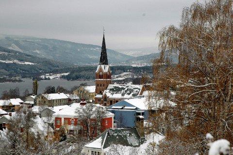Min LILLE BY: I kveld feirer Lillehammer seg selv. Det kan trenges, i en tid hvor norske småbyer er under større press enn noensinne. Arkivfoto: Kjell Vassbotten