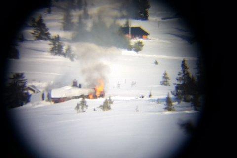 I full fyr: Hytta ble totalskadd i brannen. Dette bildet er tatt av Kristoffer Jørgensborg gjennom en stjernekikkert på cirka tre kilometers hold.