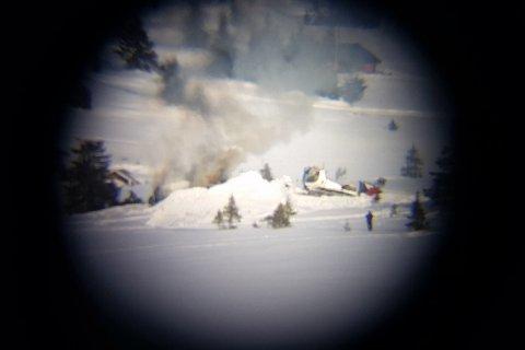 En løypemaskin ble viktig i arbeidet med å slokke brannen. Bildet er tatt gjennom en kikkert på cirka tre kilometers hold. Foto: Kristoffer Jørgensborg