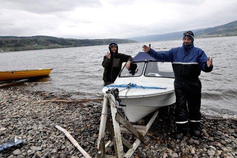 KLASSISK MÅLEENHET: Thomas (til høyre) og Ståle Vollan er ikke helt enig i hva som var størrelsen på fiskene som slapp unna i ørretkonkurransen. Foto: Ingunn Aagedal Schinstad
