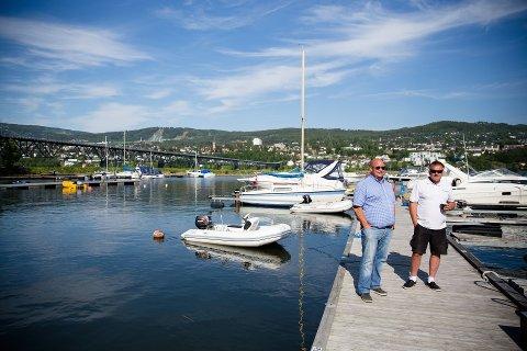 Idyll: Kjell Ove Slyngstad (41) og Tom Karlsen (51) fra Lillehammer båtforening nyter solskinnet i havna. Alle foto Aleksander Myklebust