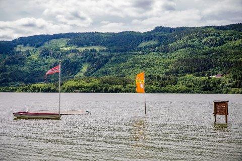 Høy vannstand: Flaggene stikker opp av vannet ved Mageli camping i Øyer. Foto Aleksander Myklebust