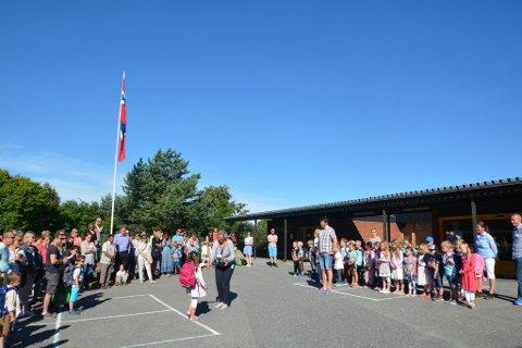 Spente førsteklassinger hilser på rektor ved Søre Ål skole i Lillehammer i dag.