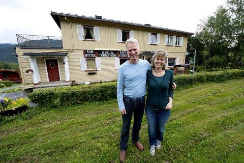 Erling og Rikke Hegge har vore vertskap på Kvila i et kvart hundreår. No vil dei selge for å gjere andre ting resten av livet. Her utanfor hovudhuset for nokre år sidan.