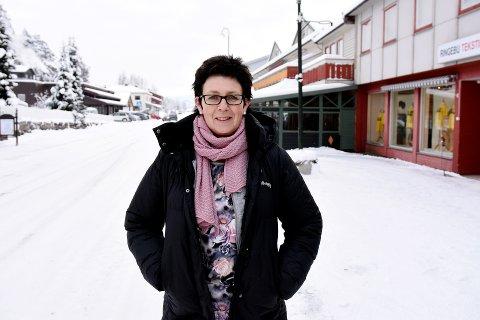 Ønsker velkommen: Anita Kvernengen Moe driver Ringebu Tekstil i Nedr   egate på Vinstra og håper på en «ny vår» for gata dersom det blir hovedfartsåre gjennom Vinstra. Selskapet Multiconsult tror det er eneste løsningen for Vinstra i framtida. Foto: Kristin Veskje