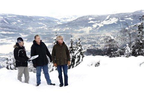 Sammen igjen: På brinken ut mot byen skal Knut Strandenes (i midten) og Werner Forr Nystuen bygge leiligheter, denne gangen sammen med blant andre Stig Melbø og Veidekke Eiendom. I alt skal det bygges 90 boliger på Solhøgda. Alle foto: Asmund Hanslien