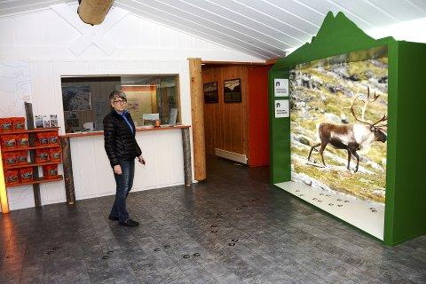 Opning: Kari Elin Sperstad viser fram det nye inngangspartiet som blir opna med ei markering torsdag.Foto: Ketil Sandviken.