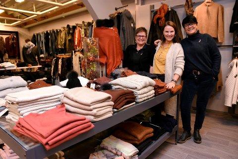 VINSTRA-MOTE: Torsdag blir det moteshow på Vinstra. Hilde Aspeslåen, Anne-Marie Olstad og Heidi Holmestad gleder seg.