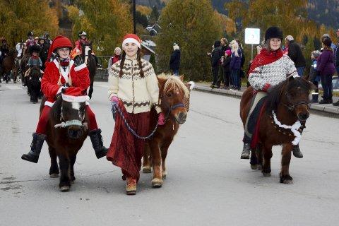 STAVSMARTN:Nissene  Mathilde og Johanna Kosnes og Eva Haugen fra rideskolen Vollgården i Lismarka førstepremien på 1000 kroner i klassen kreativ ungdom..