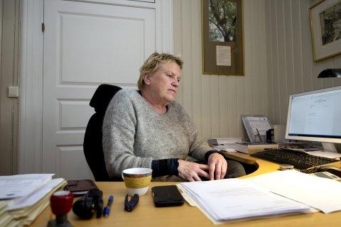 FREMTIDSFULLMAKT: I 20 år ledet advokat Liv Krukhoug overformynderiet i Lillehammer. I 2013 overtok fylkesmennene vergemålssakene, opprettet egne avdelinger og skulle forvalte den nye vergemålsloven. – Jeg anbefaler folk å skaffe seg en fremtidsfullmakt, sier Krukhoug, som er overrasket over enkelte detaljer i Dyrud-saken i Gausdal. Folk med fremtidsfullmakt kommer ikke i kontakt med verger og fylkesmenn.                                                                                                               Foto: Torbjørn Olsen