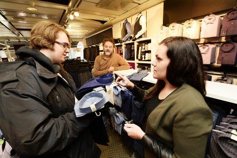 NYE KLÆR: Bukse og skjorte i en uformell stil, foreslår Sonja Berg når Joakim Gildset Styve blir ny, med god hjelp av lærer Ivar Rokseth.