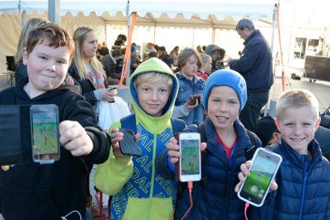 POKÉMONJAKT: Johan Knuterud Bakke, Eivind Ryntveit, Simon Romfo og Ludvik Tobiassen Vangli var blant de mange som jaktet på Pokémon-rekord i Lillehammer lørdag ettermiddag.