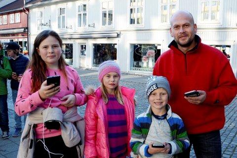POKÉMONFAMILIE: Kenneth Sneis og barna Tristan, Frida og Saga tok turen fra hytta i Hafjell for å oppleve Lillehammer. Og der dumpet de borti Pokémon-rekordforsøket i gågata.