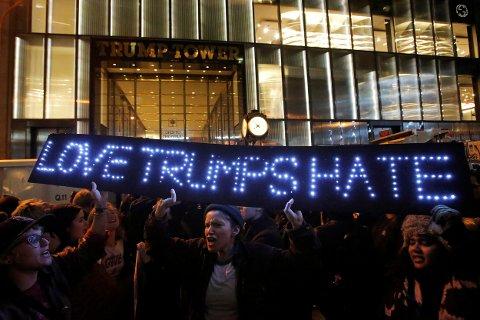 Demonstranter utenfor Trump Towers, hovedkvarteret til eiendomsmagnaten som vant valget i USA. Foto: Andrew Kelly / Reuters / NTB scanpix