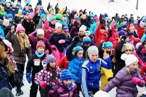 LILLEHAMMER TREKKER FOLK: Innbyggertallet i Lillehammer fortsetter å stige. her ser vi elever ved Kringsjå skole danse BlimE-dansen i forrige uke.