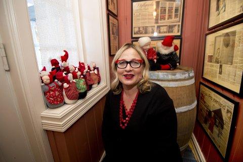 Brit Skurdal Braastad med sin samling av nissekoner hun har fått av en kjær, avdød venninne.