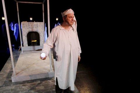 GRINEBITER: Ebenezer Scrooge spilles av Markus Tønseth. Scenen er plassert midt på gulvet med publikum på tre sider.
