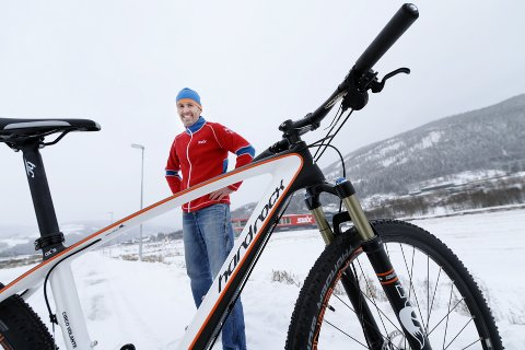 MER SYKKEL: Swix-sjef Ulf Bjerknes skal investere betydelige summer i å utvikle sykkelprodukter under merkevarenavnet Swix i arbeidet med å bli en helårsleverandør av sportsutstyr som er mindre avhengig av snørike vintre. Foto: Asmund Hanslien