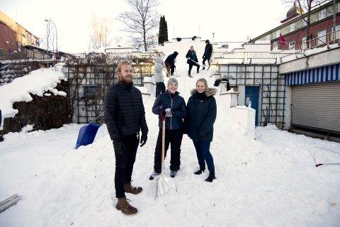 SNØSHOW: Terrassen i Lillehammer er i ferd med å bli gjort om til en ski- og brettpark. Torsdag kveld er det klart for SnowShow som er åpent og gratis for publikum. Studenter fra Kulturprosjektledelse ved HiL står bak Kulturnatt, og derunder arrangementet i Terrassen. Framme f.v. er tre av prosjektlederne; Jørgen Dahl, Synnøve E. Bratvold og Katrine Hovelstuen.