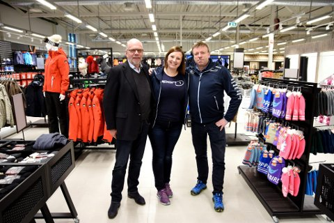 Utbygger og investor Per Tore Teksum, butikksjef for Sport 1 på Vinstra,  Torunn Skjelvik, og Sport 1 eier Geir Ove Husum.