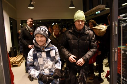 De første kundene på veg inn i Sport 1-butikken på Vinstra i dag tidlig.