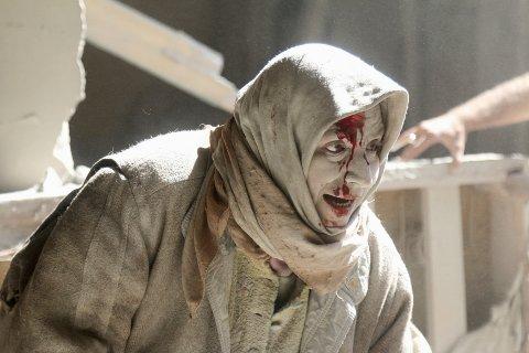 Den massive bombekampanjen mot sivile i Syria har rystet et maktesløst verdenssamfunn. Her er en kvinne fotografert etter et luftangrep i Aleppos gamleby 28. april. Opprørernes motstand i Aleppo tok slutt i desember 2016, fire år etter at opposisjonen erobret byens østlige deler. Foto: Abdalrhman Ismail / Reuters / NTB scanpix