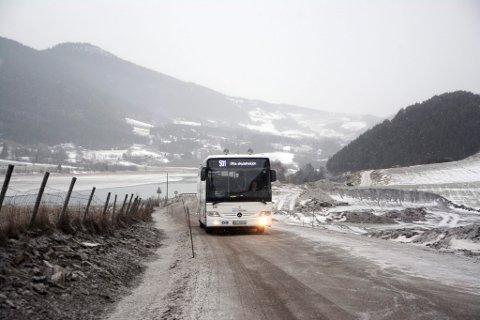 Bussjåførar og bilistar er fortvila over dårleg veg forbi Snerle i anleggsperioden.