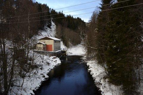 Vinkelfallet: Mellom kraftstasjonen og demningen lenger opp er Våla nærmest tørrlagt. Fylkesmiljøvernsjef Ola Hegge mener det bør renne vann i elva også på denne strekningen.