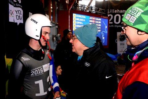 IOC-president Thomas Bach gratulerte Aleksander Melås med åttendeplassen. Til høyre står Jan Oddvar Tangen, sjefen i bob -og akebanen.