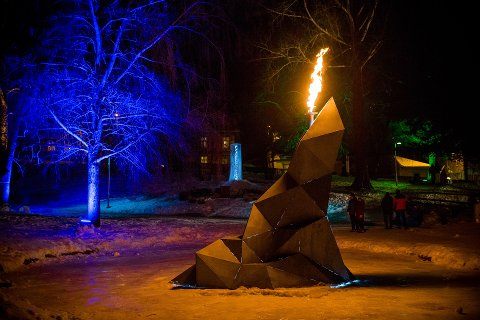 Sentral: OL-ilden brenner døgnet rundt i midten av Sjogg Park (Søndre Park) under hele Ungdoms-OL. Alle foto Aleksander Myklebust