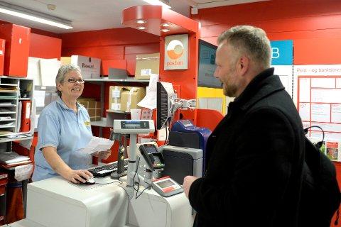 Inger Gråv på Coop Prix i Fåberggata på Lillehammer er fornøyd med å fortsatt jobbe i Post i Butikk. Her assisterer hun kunde Thomas Myklevik.