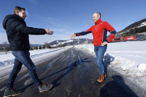 VOKSER: Audun Løhre (t.v.) og Kjell Magne Sunde kan gratulere hverandre med nye milepæler når de møtes på Blåswixvegen. Lederne i de to nabobedriftene på hver sin side av E6 når milliardomsetning i år. Alle foto: Asmund Hanslien