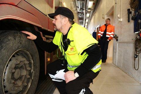 Sensorer i vegbanen som kan lese av mønsterdybde og akselvekt, styrker kontrollen med utenlandske vogntog.