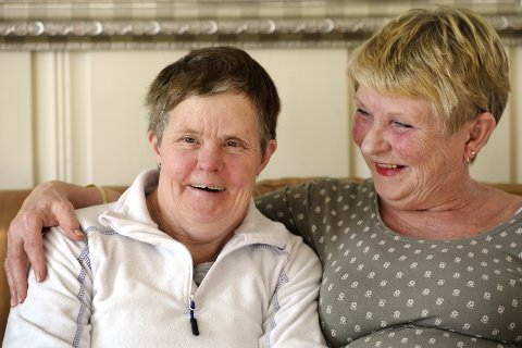 STORESØSTER: Randi Espås har alltid tatt vare på lillesøster. Da moren døde, flyttet Hilde inn til henne og mannen. Nå har de bodd sammen i 13 år. – Der er så fritt og godt her, sier     Hilde.