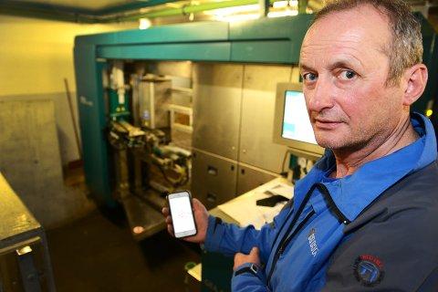 Ingen dekning: Den nye melkeroboten i fjøset til Geir Amrud i Brekkom i Fåvang fungerer ikke fullt ut uten mobildekning. Amrud har investert 4,5 millioner i nytt fjøs og moderne teknologi - da er mobilnett påkrevd. – Det er ille at vi i 2016 ikke skal ha skikkelig mobildekning her, sier han.